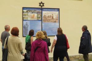 1 Tablica obok zburzonej synagogi
